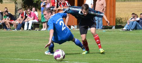 Danny Göhring überspielt Tobias Sieg.