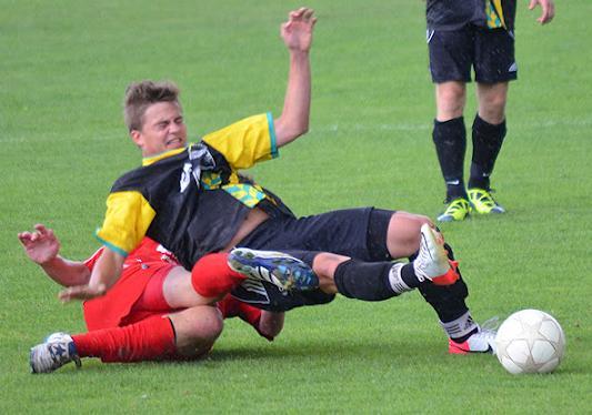 Christian Sommerer wird unsanft vom Ball getrennt.