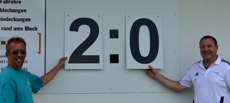 Jürgen Bär und Matthias Deinlein testen die neue Anzeigetafel