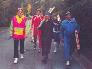 """Skiabteilung der SpVgg beim Festumzug """"625 Jahre Stadt Goldkronach"""" (1990)"""
